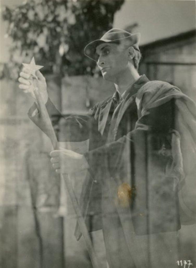Antonin Artaud jouant le rôle du rémouleur dans  Lilium, film de Fritz Lang. Légère ombre brune due à un défaut du négatif Via drouot