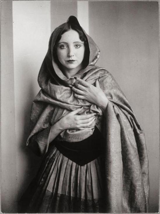 Brassaï. Anaïs Nin drapée dans un châle 1932. Via RMN
