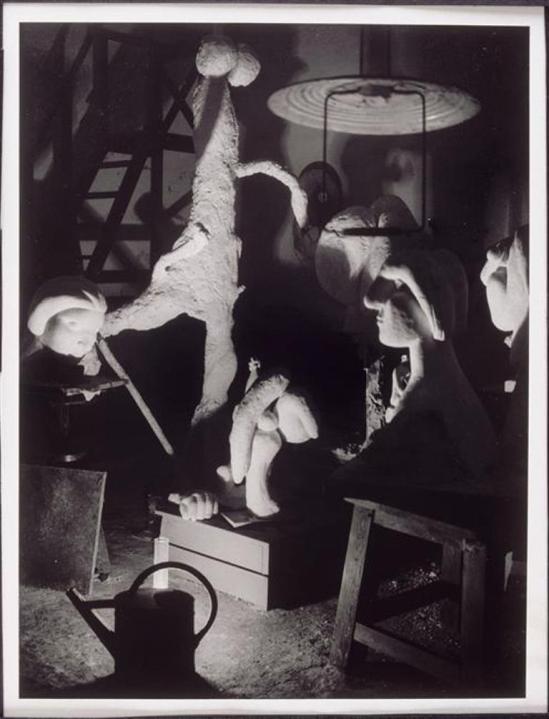 Brassaï. Atelier de Boisgeloup avec des sculptures de Picasso 1932 Via RMN