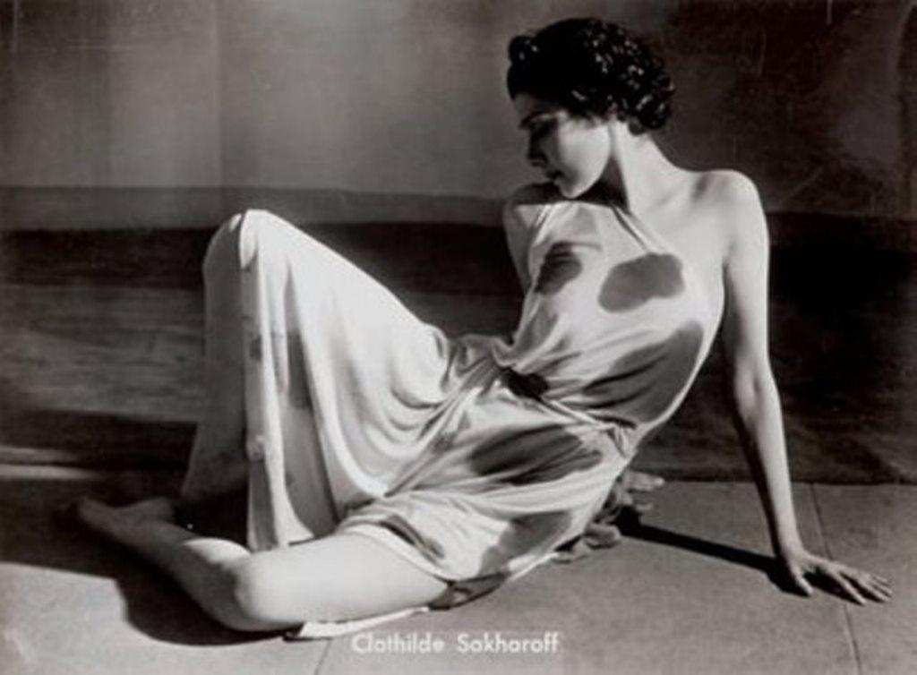 Brassaï.Clotilde Sakharoff, Prélude à L'Après-midi d'un Faune, 1939. Tirage argentique d'époque, titré dans le négatif
