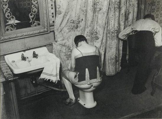 Brassaï. La toilette, rue Quincampoix 1932 Via mutualart