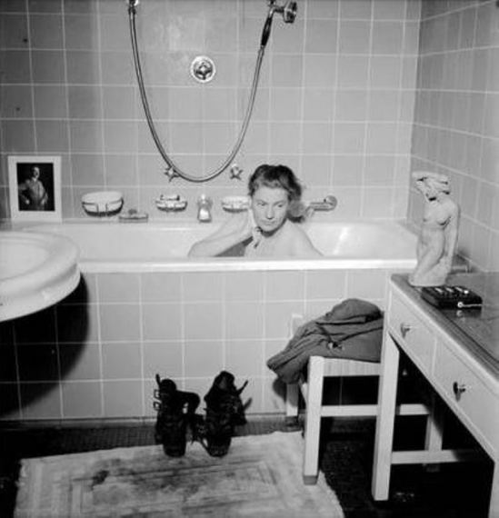 David E. Scherman. Lee Miller dans la baignoire d'Hitler, Munich 1945 Via connaissancedesarts