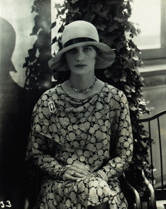 Edward Steichen. Lee Miller modeling Marie-Christiane hat and dress and jewelry by Black, Starr and Frost 1999 . Mutualart
