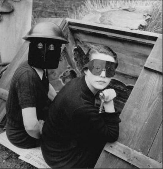 Lee Miller. Femmes équipées de masque contre les incendies, Londres 1941 Via connaissancesdesarts