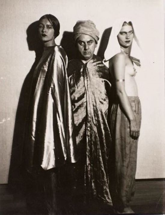 Man Ray. Harem. Tanja Ramm, Lee Miller, Man Ray travestis vers 1930 Via RMN