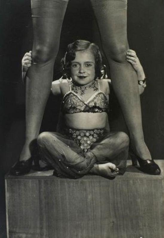 Man Ray. Midget entre les jambes de Lee Miller vers 1933 Via RMN