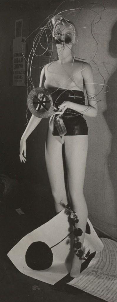 Photographie du mannequin de Miró prise par Raoul Ubac à l'Exposition internationale du surréalisme à la galerie des Beaux Arts en 1938 Via andrebreton.fr