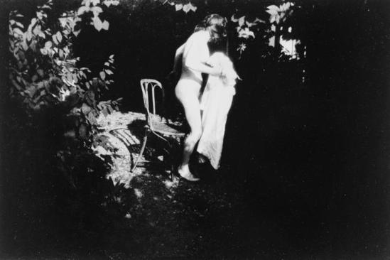 Pierre Bonnard. Marthe de profil, sur le point de s'asseoir, tenant sa chemise de nuit vers 1900-1901