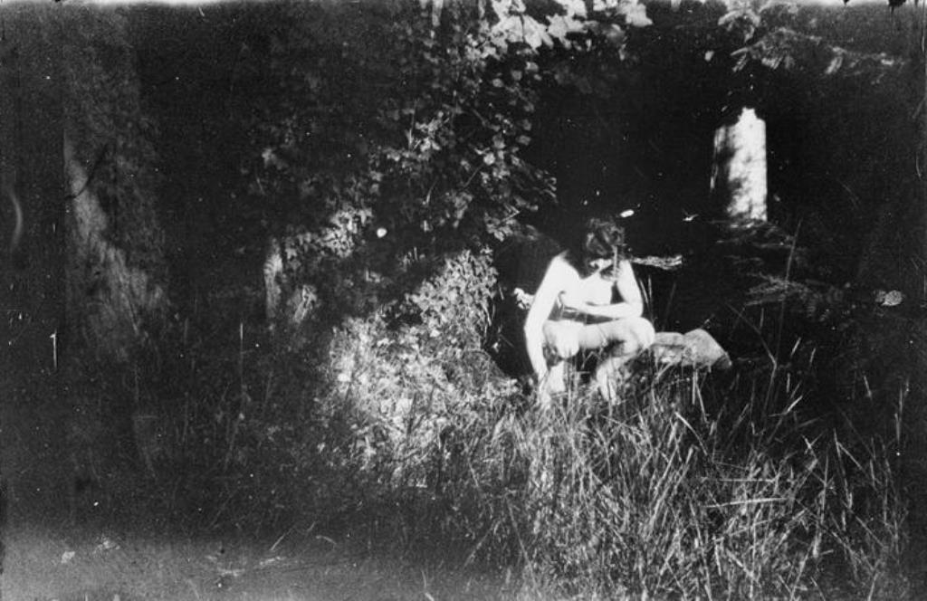 Pierre Bonnard. Marthe nue accroupie et debout dans le jardin de Montval vers 1900-1901.RMN