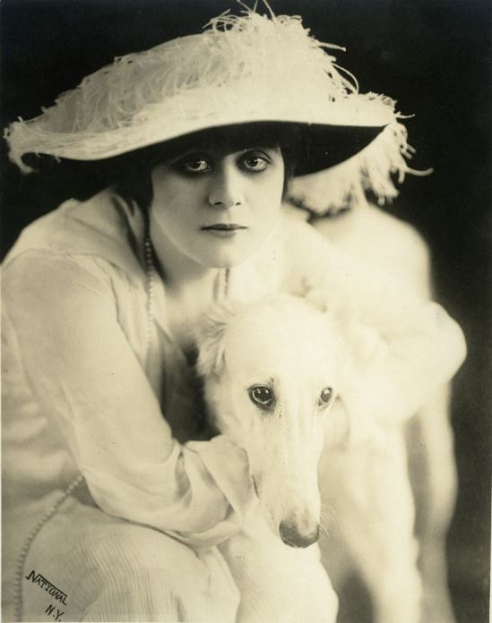 Portrait of Theda Bara in A Fool There Was directed by frank Powell, 1915. Via theredlist