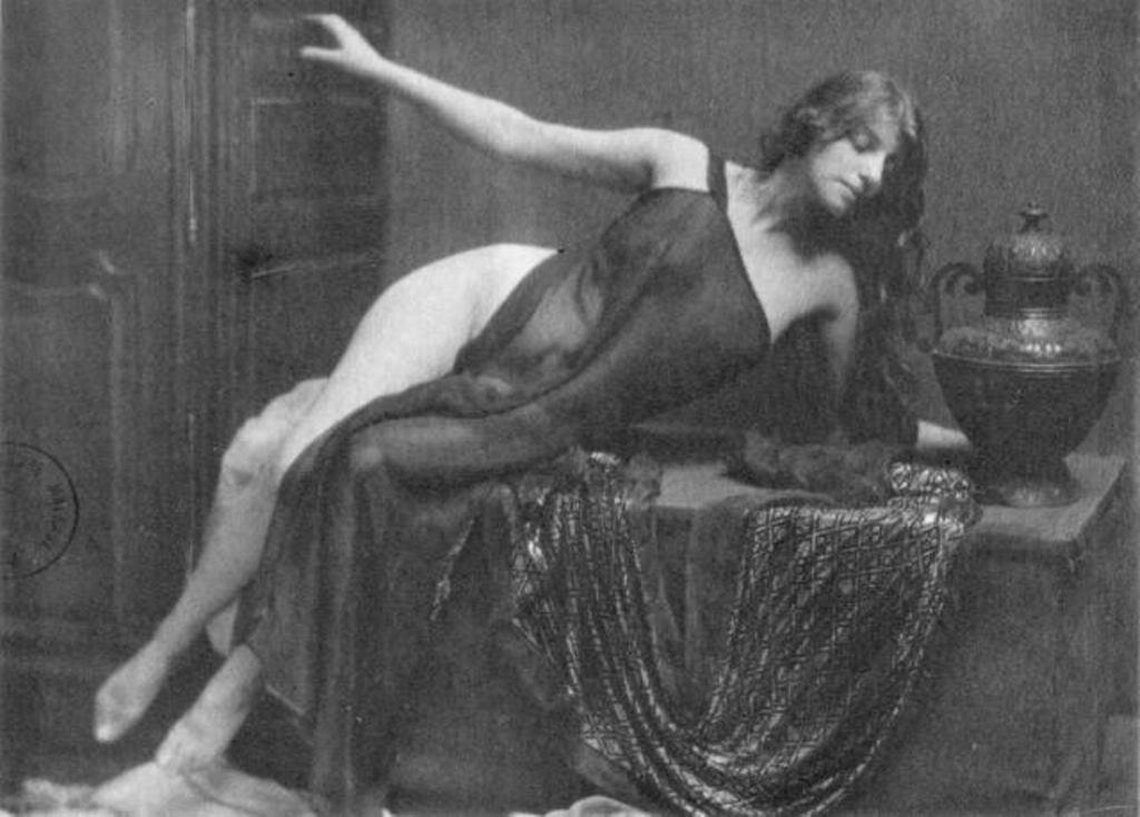 Robert Demachy. Nu allongé vers 1910. Via historicalzg.piwigo