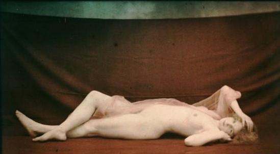 Robert Demachy. Nu féminin allongé, drapé d'un voile rose 1907-1915.. Autochrome. Via wiki