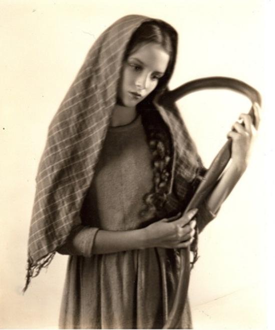 William Mortensen. Germaine Greer vers 1920. Via historicalzg.piwigo