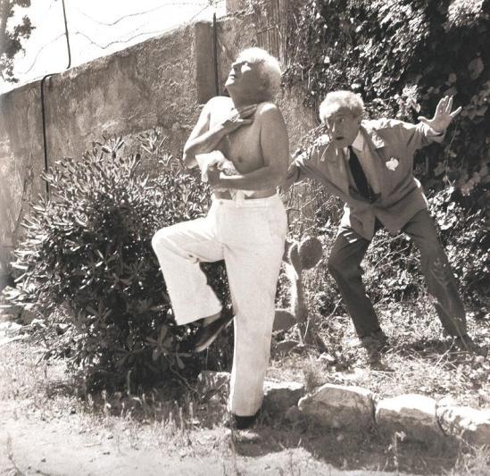 Jean Cocteau et Charlie Chaplin à Saint-Jean-Cap-Ferrat . Scan personnel hors série Télérama, décembre 2013