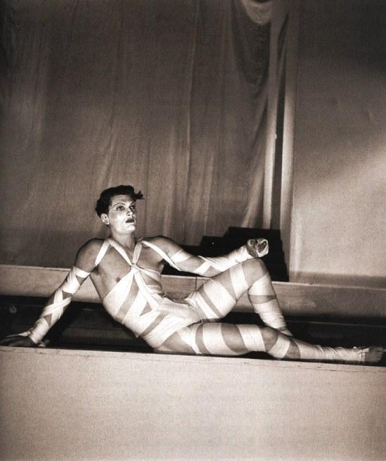 """Jean Marais dans un costume conçu par Coco Chanel et Jean Cocteau pour """"L'oedipe roi"""" 1937"""