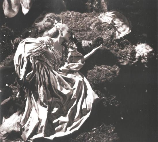 Josette Day et Jean Marais dans les décors conçus par Christian Bérard pour La belle et la bête de Jean Cocteau. Scan personnel