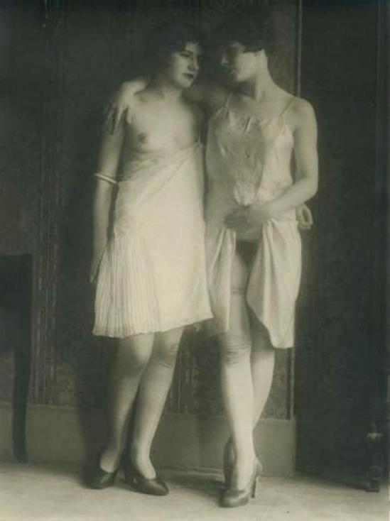 Monsieur X. Filles de maison close en nuisette vers 1930 Via drouot