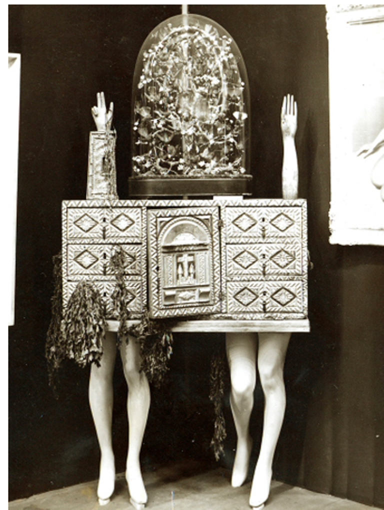 Photographe anonyme. View of André Breton's object-chest at the Exposition Internationale du Surréalisme 1936 Via ubugallery