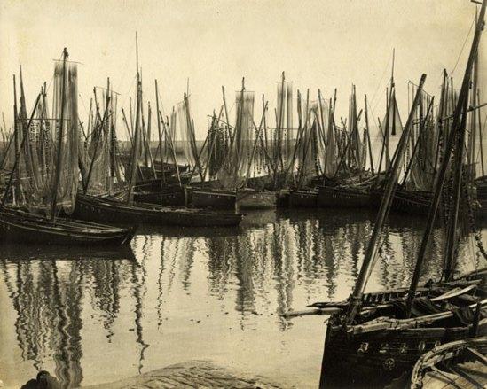 Photographe inconnu. Chaloupes sardinières dans le port de Douarnenez 1910 Via photomemory