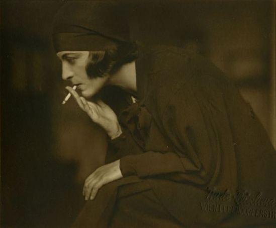 Trude Fleischmann. Lady with cigarette 1930 Courtesy Galerie Kicken