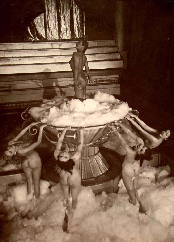 Erte. Décor de cabaret vers 1930 Via auctions.fr