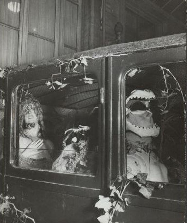 Salvador Dali. Le taxi pluvieux 1938. Exposition internationale du surréalisme de 1938 Via andrebreton.fr