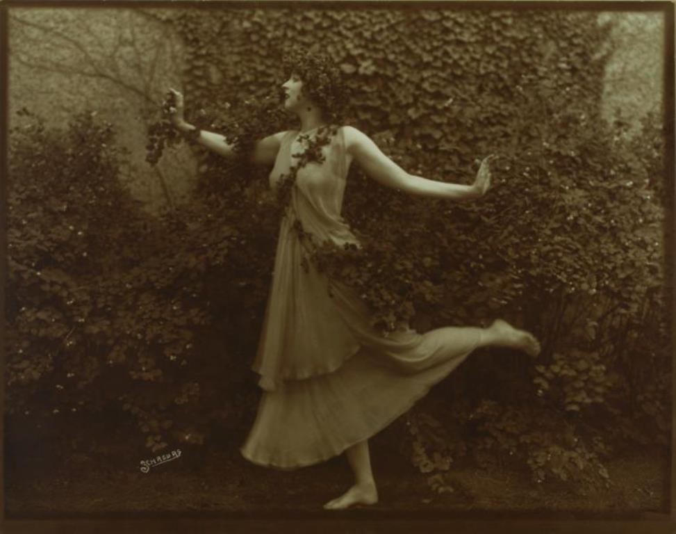 Schreurs. Ruth St. Denis in costume of Scherzo Waltz. (1913-1914) Via nypl