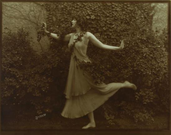 Schreurs. Ruth St. Denis in costume of Scherzo Waltz. (1913-1914) Via nypl