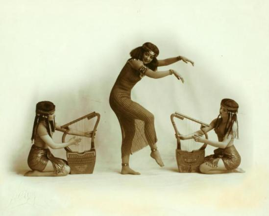 Walinger. Ruth St. Denis with two unidentified dancers in Egypta. (1911) Via nypl