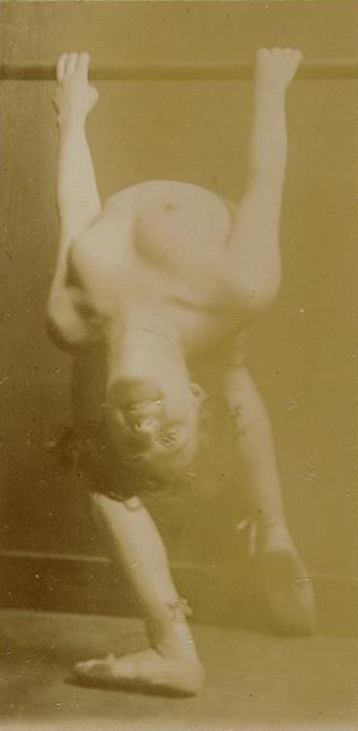 François-Rupert Carabin. Femme nue penchée en arrière, tenant une barre, visage et poitrine de face entre 1895 et 1910 Via RMN