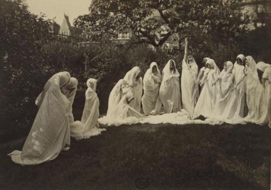 Harry C. Ellis. Les Elèves de Loïe Fuller dans un parc avec des voiles 1914 Via RMN