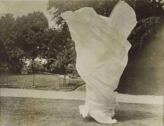 Harry C. Ellis. Loïe Füller enroulée dans son voile entre 1900 et 1928 Via RMN