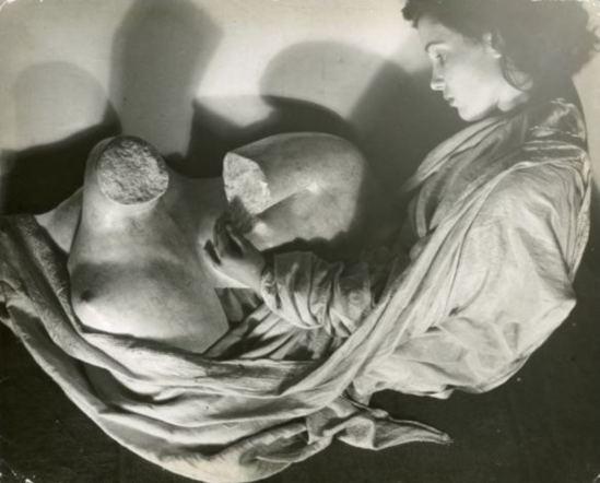 Erwin Blumenfeld. Modèle avec le plâtre d'un marbre grec Via Artelab