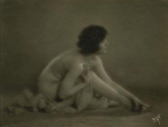 Hoover Art Studios. Ethel Shannon vers 1910-1920 Via historicalzg