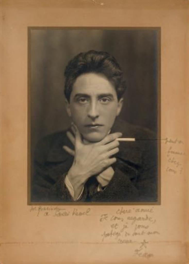 Jean Cocteau. Portrait photographique à la cigarette signé au crayon de W. Rehbinder Via drouot