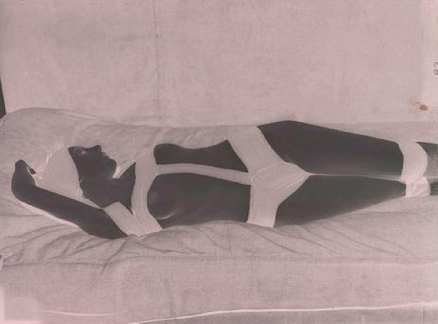 Man Ray. Nu aux bandes noires vers 1930 Via RMN