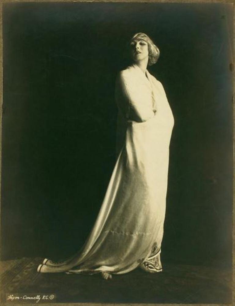 Studio Hixon-Connelly. Ruth St Denis 1918 Via historicalzg