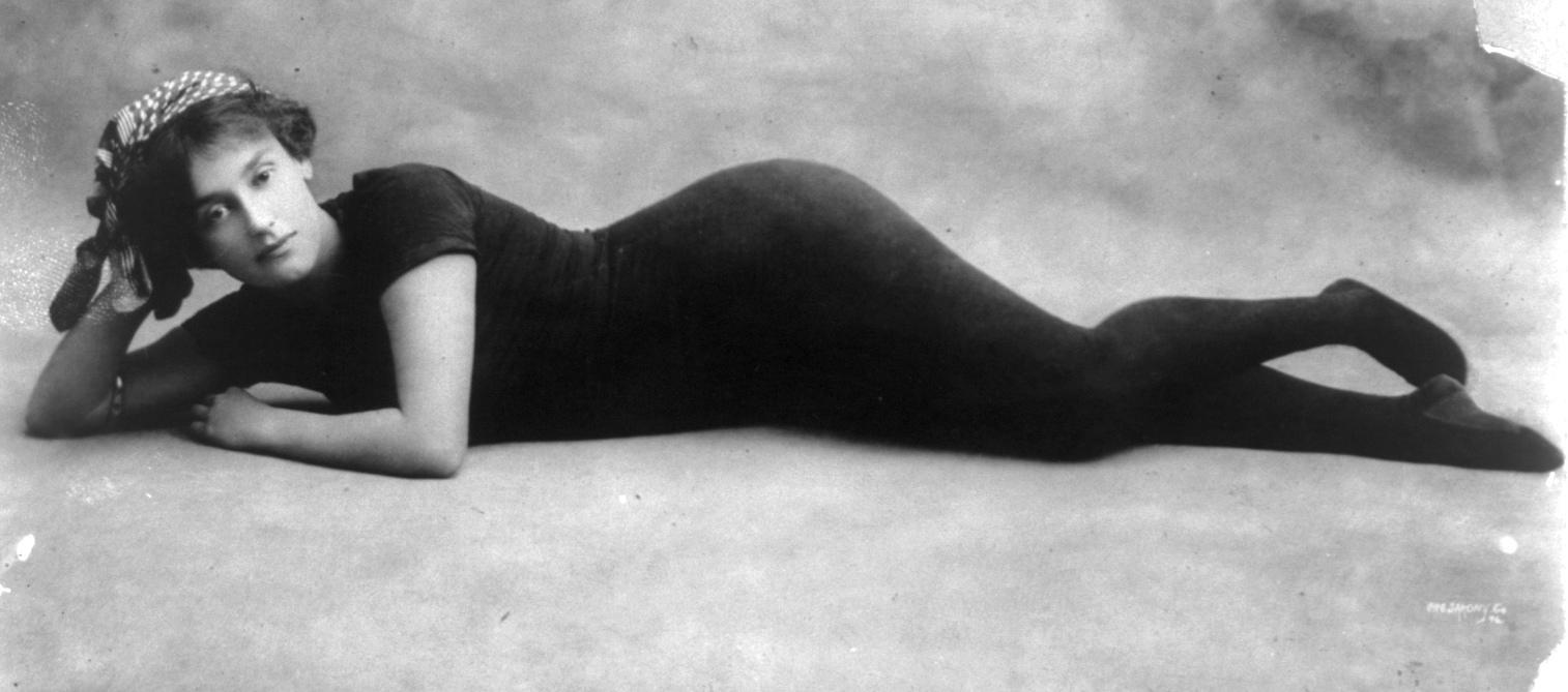 Annette Kellerman, in her swimwear full length, lying on floor, facing front vers 1900-1910 Via wiki