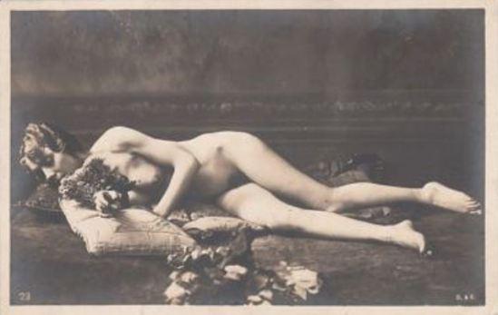 Femme nue avec des fleurs. Postcard 1920 Via ebay