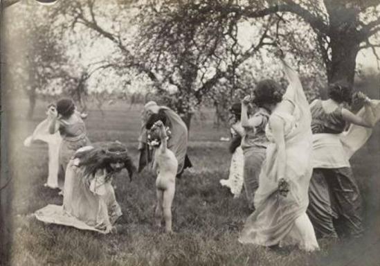 Isadora Duncan dans un jardin avecdes enfants ®Musée Bourdelle, Paris