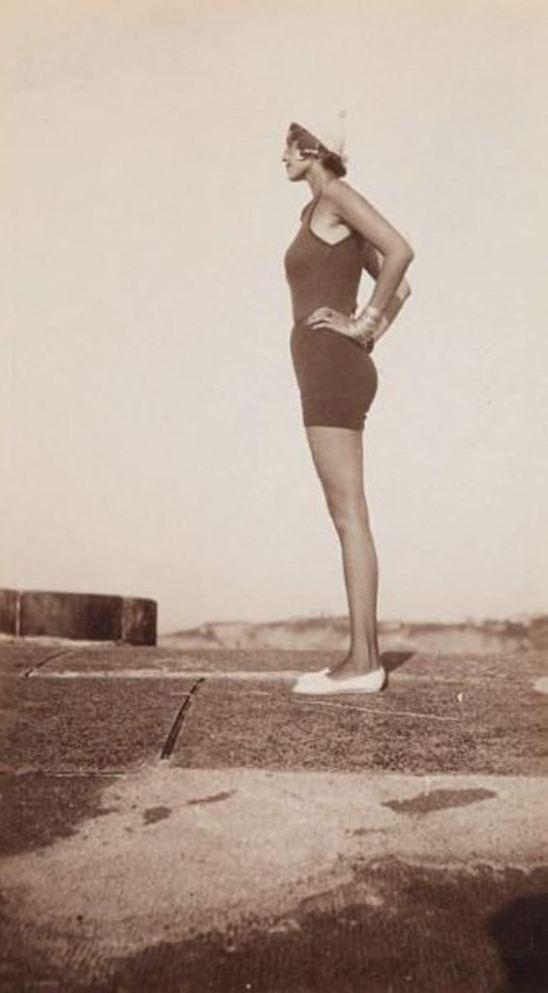 Jacques Henri Lartigue. Renée Perle à la plage au Pays Basque 1930 Via yannlemouel.com