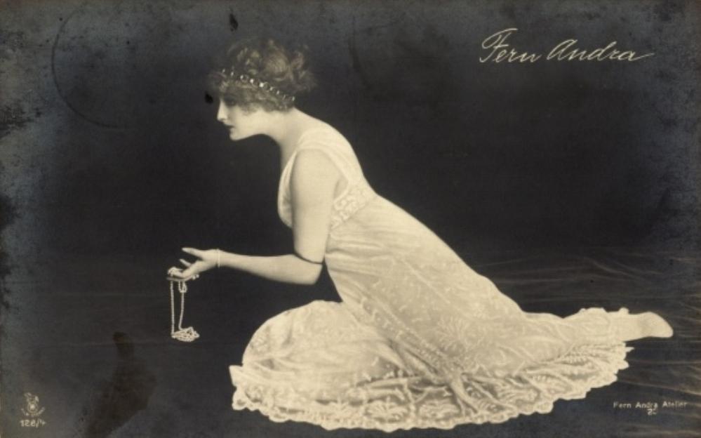 L'actrice Fern Andra. Postcard Via staticakpool