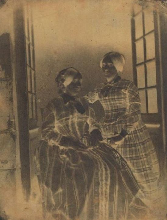 Louis Alphonse de Brébisson. Portrait d'Eugénie et Louise, Filles du photographe 1850. Négatif sur papier Via yannlemouel.com