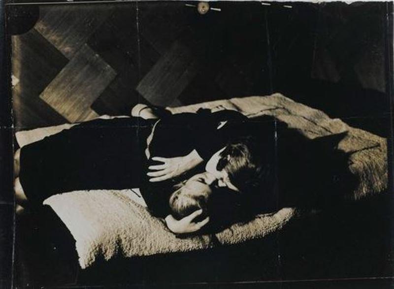 Man Ray. Lee Miller et une personne non identifiée 1930 Via RMN