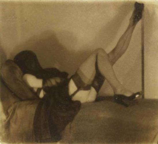 Pierre Molinier. Autoportrait couché, visage voilé, jambe gauche levée 1955 Via paris-art