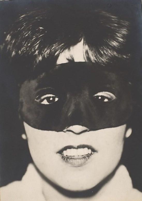 Umbo (Otto Umbehr). Rut mit maske 1927 Via metmuseum