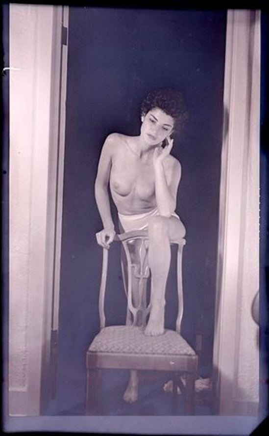 Man Ray. Juliet un pied sur une chaise vers 1945 ®Man Ray Trust, Adagp, Paris