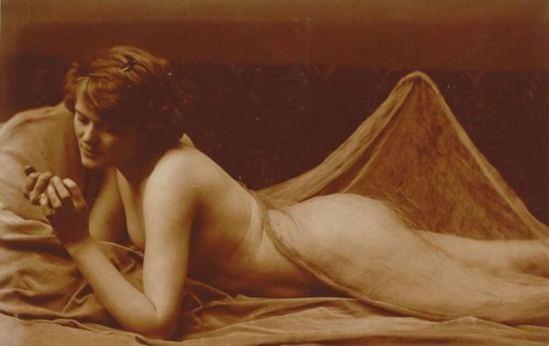 Charles Augustin Lhermitte. Jeune femme nue, allongée sur le ventre et contemplant ses mains vers 1912. Via RMN