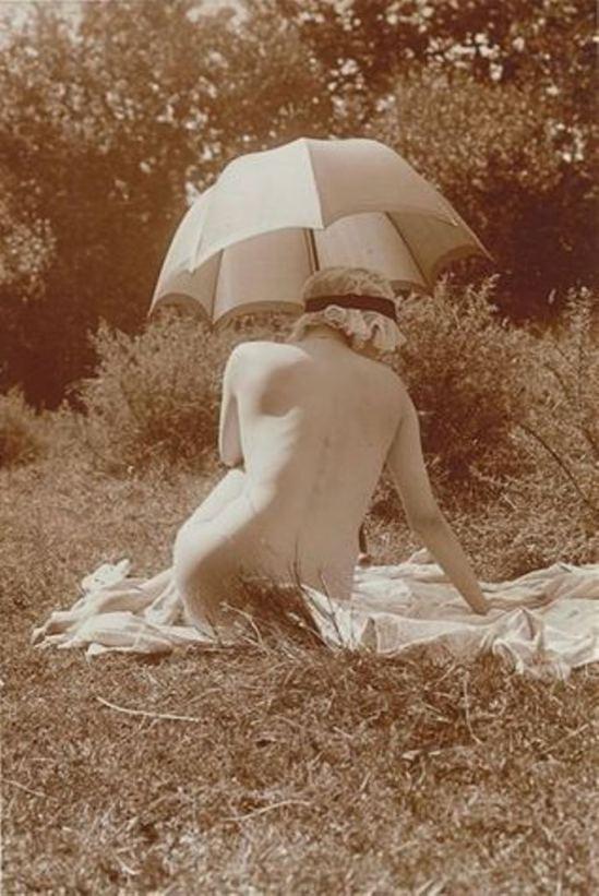 Charles Augustin Lhermitte. Jeune femme nue1 dans un pré se reposant à l'ombre d'une ombrelle vers 1912. Via RMN