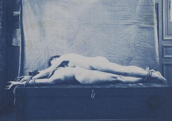 Charles François Jeandel. Deux femmes nues attachées et allongées l'une sur l'autre, face à face entre 1890 et 1900. Via RMN